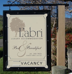 L'abri - entrance sign